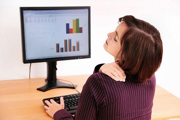 Đau vai gáy cổ do ngồi lâu trên máy vi tính