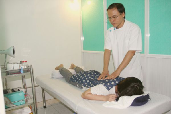 Bấm huyệt chữa bệnh bại liệt