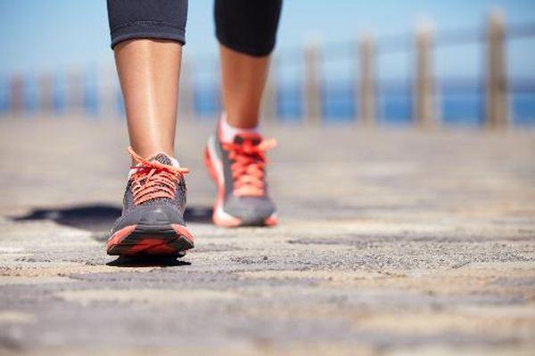 Đau khớp có nên đi bộ tập thể dục không?